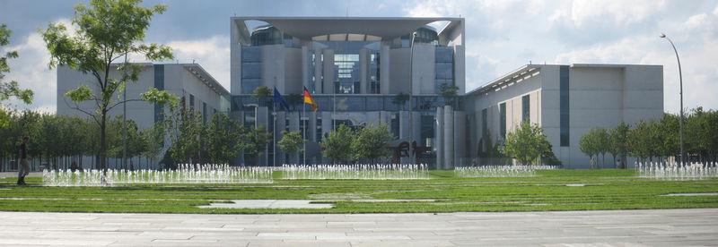 """<a href=""""http://de.wikipedia.org/wiki/Bundeskanzleramt_%28Berlin%29"""">Photo: Martin Künzel license: GNU/FDL</a>"""