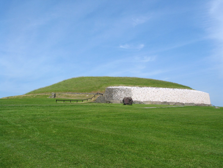 Newgrange Passage Tomb in Aries with Leo Photo: Popsracer License: GNU/FDL