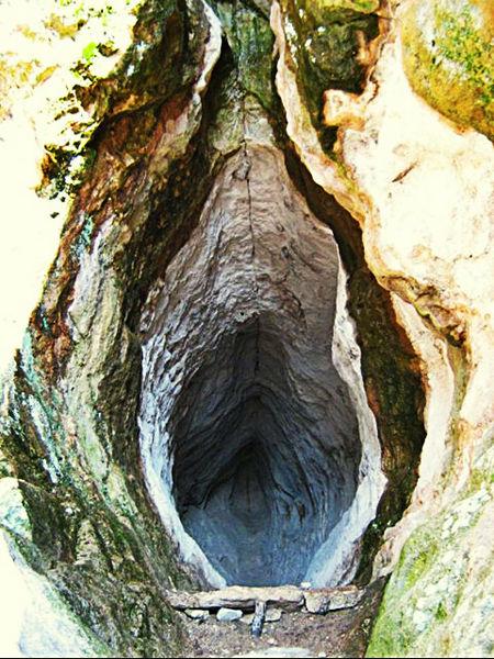 Utroba (Womb) Cave in Cancer with Scorpio photo: Filipov Ivo license: ccbysa4.0