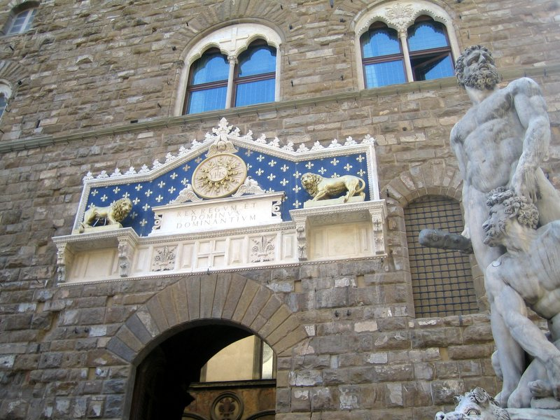 The Lion Gate at Palazzo Vecchio in Firenze is located in Leo with Capricorn Photo: Fvenni ccbysa2.0
