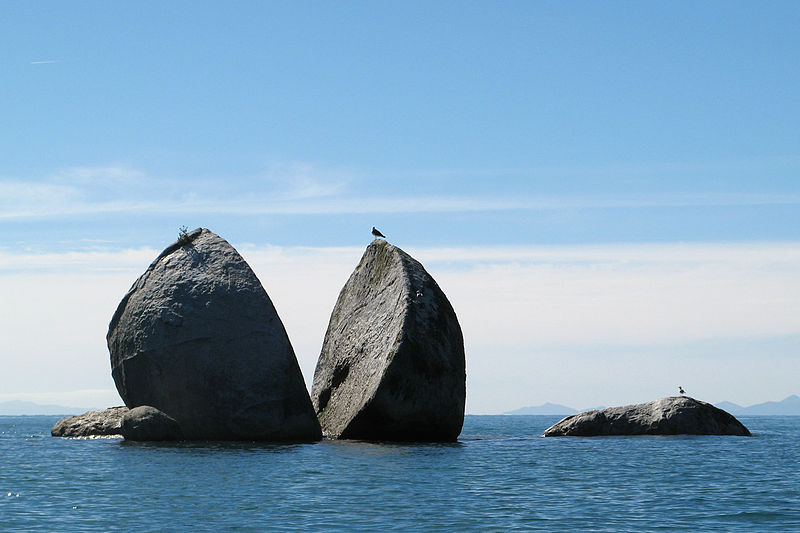 Split Apple Rock, Kaiteriteri, New Zealand located in Cancer with Pisces photo: Rosino, ccbysa2.0