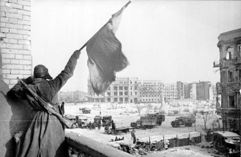 Stalingrad - Russian soldier waving the red flag at Stalingrad on the day of the victory against Nazi-Germany Bundesarchiv, Bild 183-W0506-316 Georgii Zelma, ccbysa 3.0