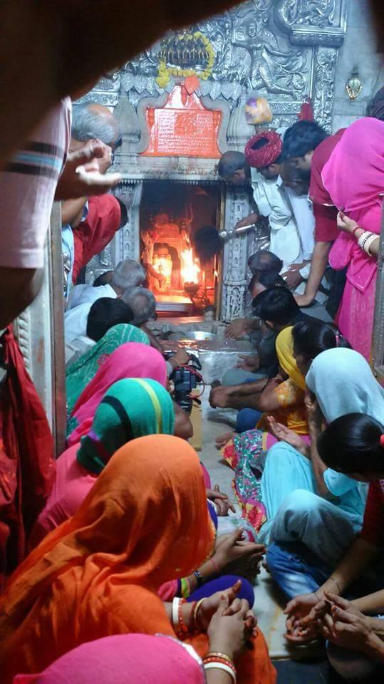 Devotees worshipping at the Sanctum sanctorum of Karni Mata Temple, photo: RAGHUallen, GNU/FDL
