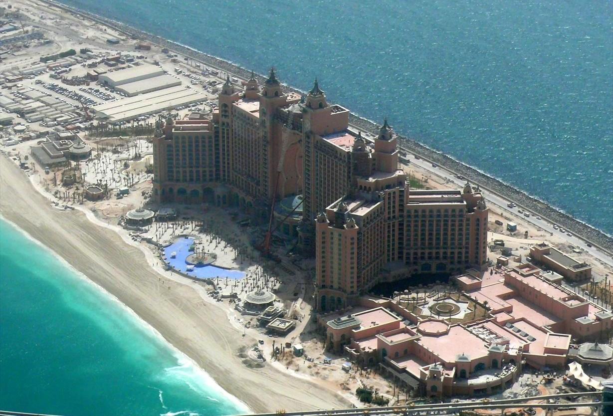 Hotel Atlantis auf der künstlichen Insel The Palm Jumeiorah in Dubai liegt ganu auf der Symmetrriaches in der Mitte der Insel in der Waage sowei zwischen schütze und Steinbock. photo: Imre Solt, GNU/FDL