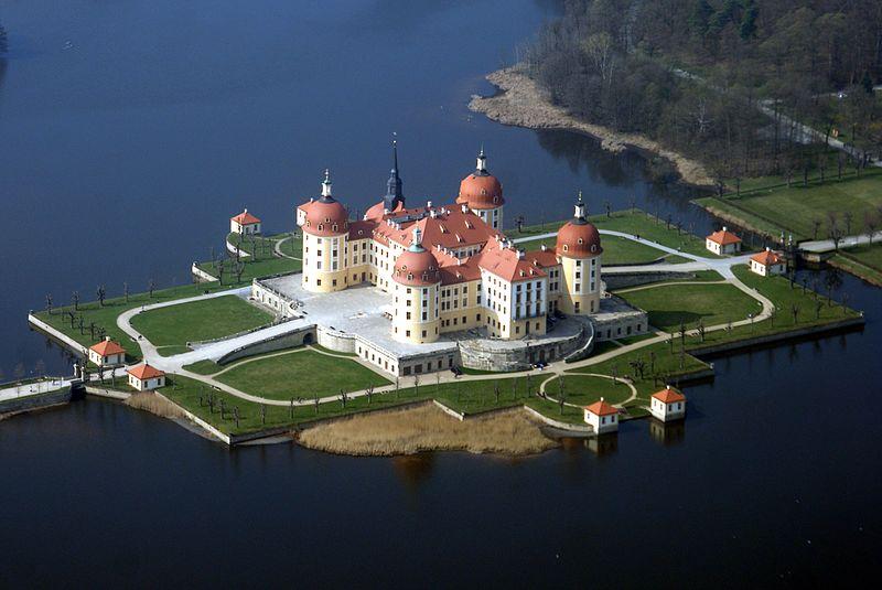 Luftbild: Schloss Moritzbug von Südost in Waage mit Fische photo: Carsten Pietzsch, ccbysa1.0