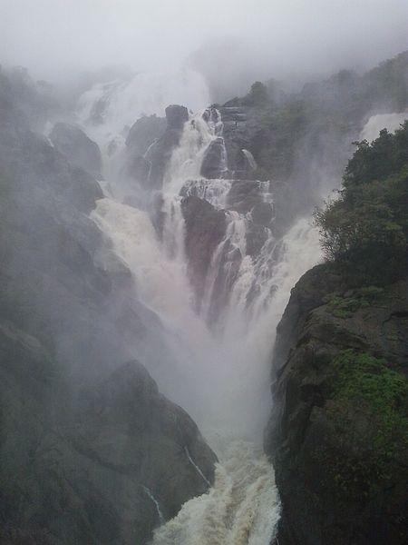 Doodhsagar Waterfalls during the raning season in August photo: Csyogi, ccbysa4.0