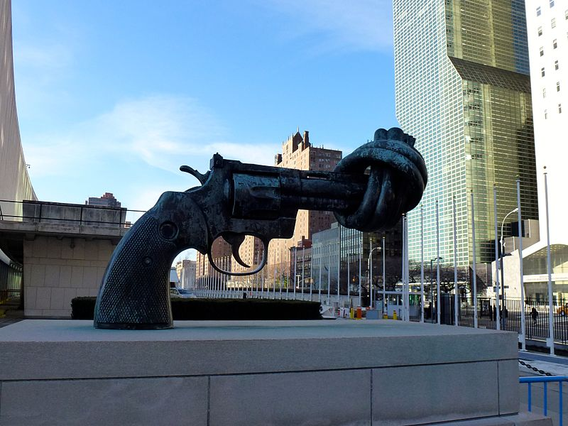 Non- Violence or Knotted Gun sculpture located in Libra with virgo photo: ZhengZhou, ccbysa3.0