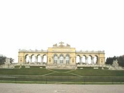 """Die """"Gloriette"""" im Schlosspark von Schönbrunn in Wien hat genau dieselbe Form wie das astrologische Symbol des Zeichens Waage und liegt astrogeomantisch in Waage mit Fische"""