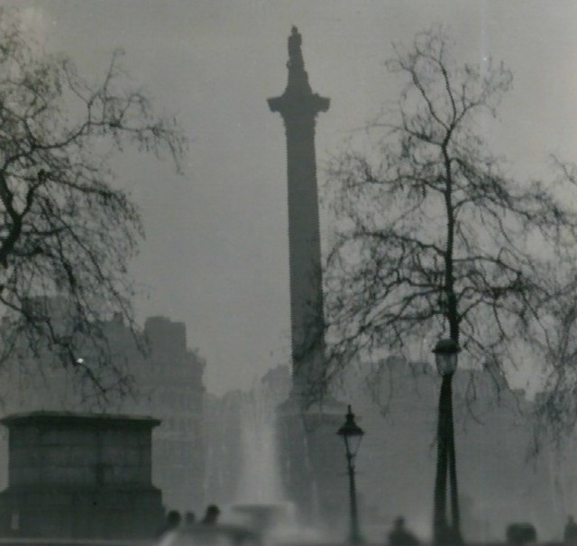 Nelson's_Column duringthe Great Smog of 1952 photo: N T Stobbs, ccbysa.2.0