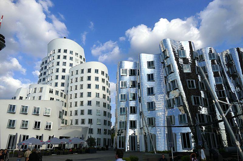 Astrologie und Architektur: Gehry Gebäude in Düsseldorf im Wassermann